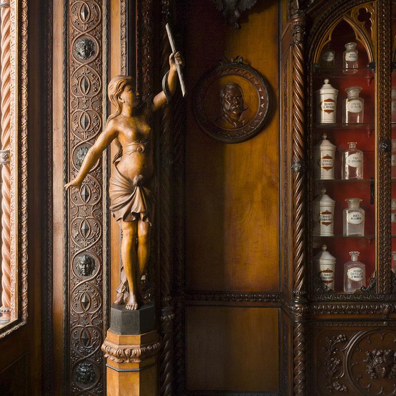 Arredo ligneo in stile neogotico del Museo Farmacia Mazzolini Giuseppucci a Fabriano