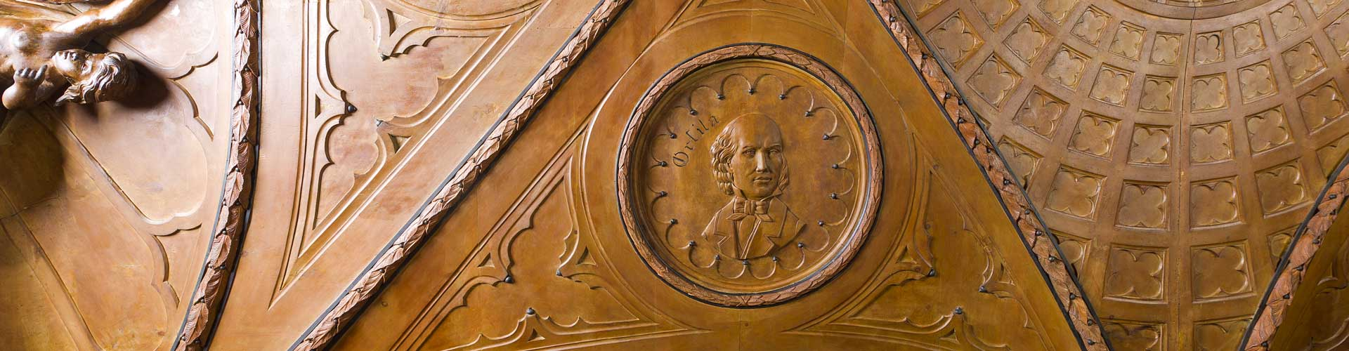 Sculture in legno e bassorilievi in legno di ritratti di scienziati nel Museo Farmacia Mazzolini Giuseppucci a Fabriano